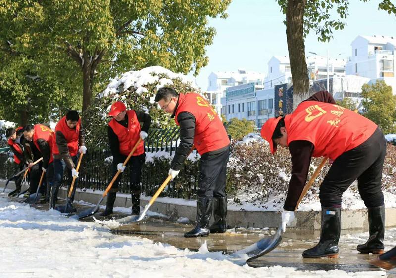 天长志愿者协力扫雪除冰保畅通