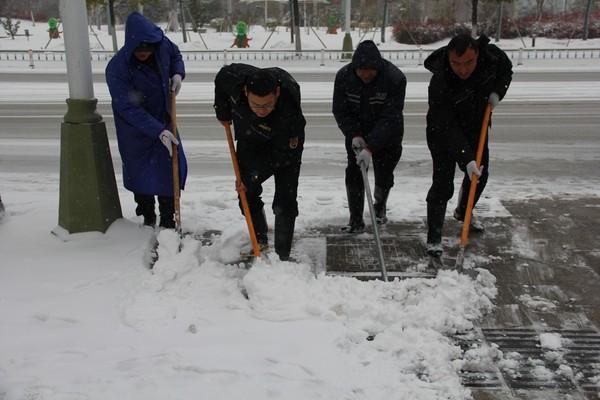 抗雪防灾天长城管在行动
