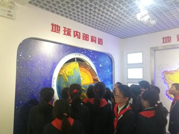 天长街道曙光社区:组织青少年参观防震减灾科普馆