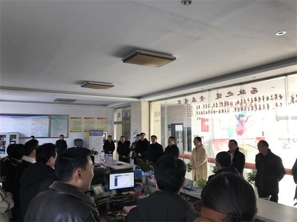 永丰镇党政班子节后到为民服务中心检查指导工作