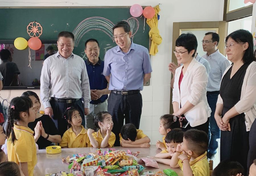 """市委書記鄧繼敢""""六一""""走訪慰問師生 向孩子們祝賀節日"""