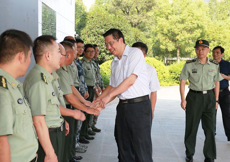 市委書記鄧繼敢走訪慰問人武部官兵和消防指戰員
