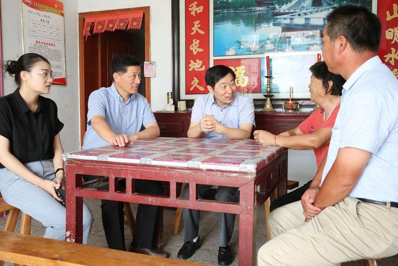 贺家平深入杨村镇看望慰问贫困户,调研指导企业上市及安全生产工作