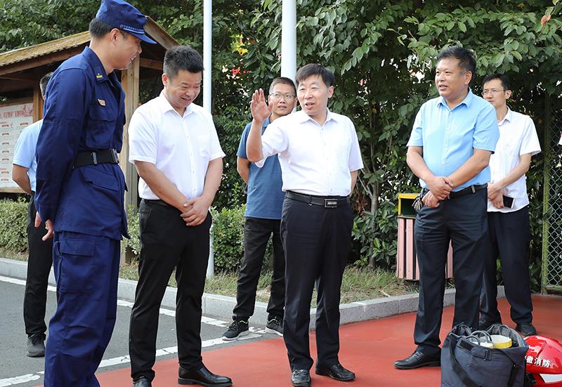 贺家平看望慰问国庆期间坚守岗位的消防指战员和公安干警