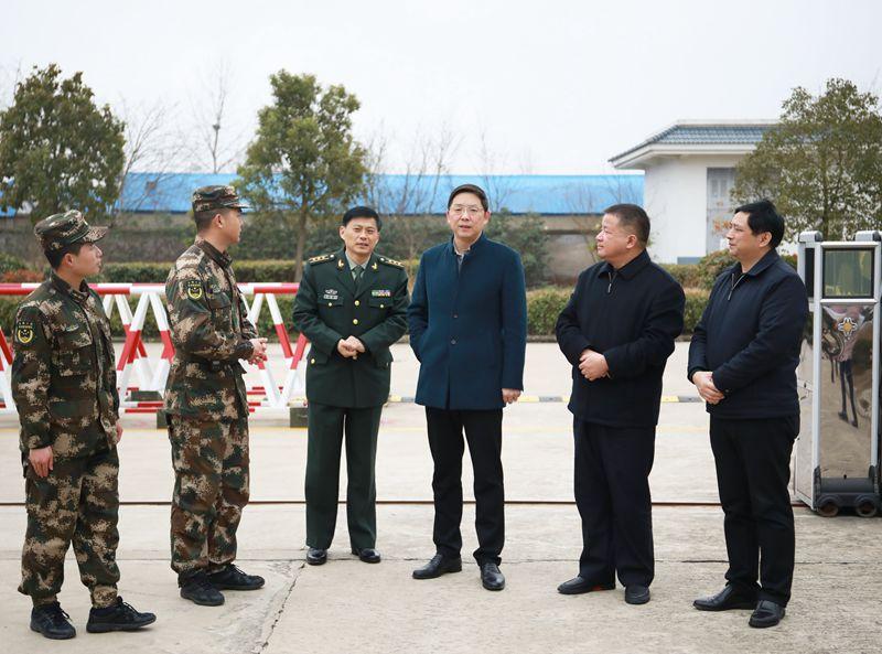 邓继敢等市领导看望慰问驻天部队官兵