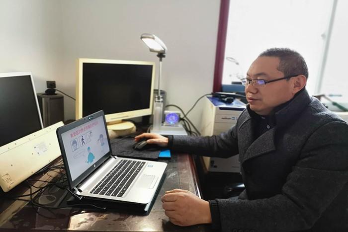实验中学汪明龙老师对学生进行线上疫情教育.jpg