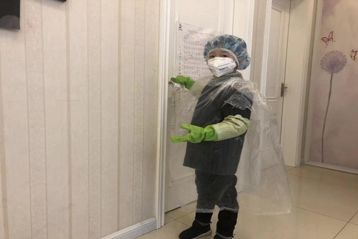 城南小学一年级学生李俊哲主动参与家中消毒.jpg